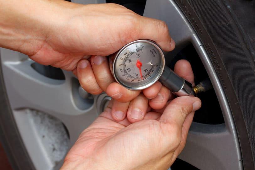 Checking the car tire pressure